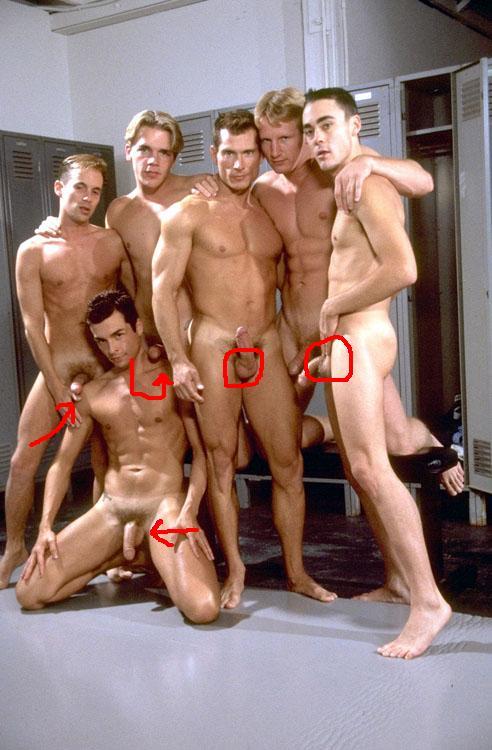 поражении красивые голые спортсмены в раздевалке уходя поцеловала