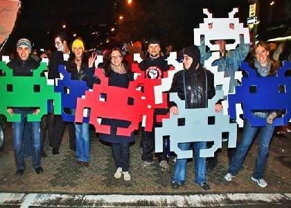 Cuba Gooding Jr. plays Human Space Invaders